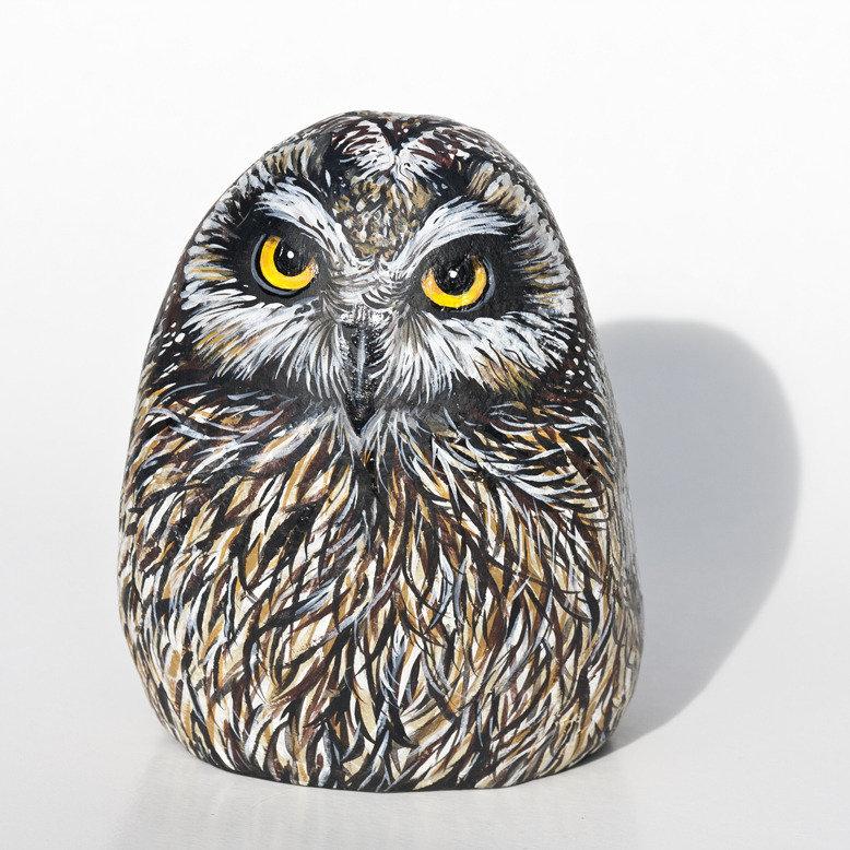 Dipinto su pietra - GUFO DI PALUDE PORTAFORTUNA - Opera d'arte - Idea regalo - oggetto da collezione