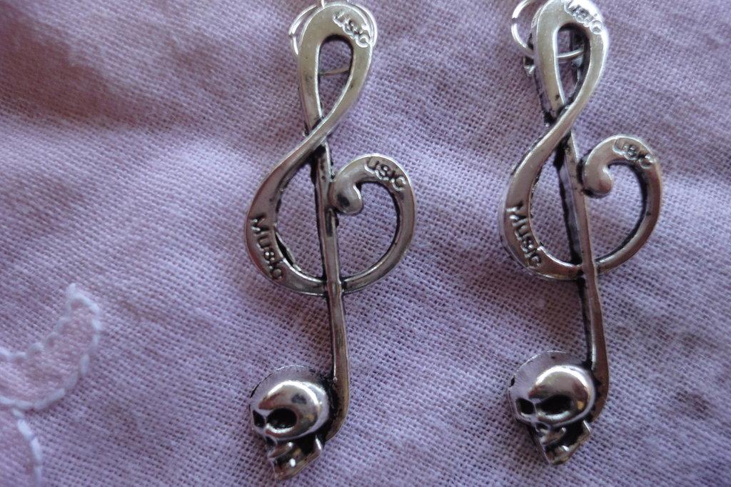 Orecchini chiave di violino con cranio