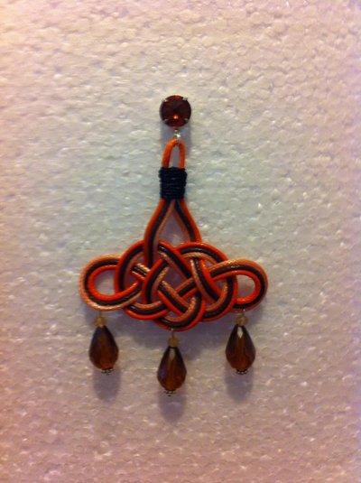 Orecchini pendenti con nodo gocce e punto luce stile Anna e Alex fatti a mano.