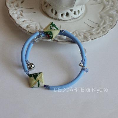 Bracciale caucciù azzurro con le perline d'Origami