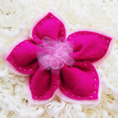 Bomboniera in feltro 'fuxia' a forma di fiore: contiene 5 confetti all'interno dei suoi petali