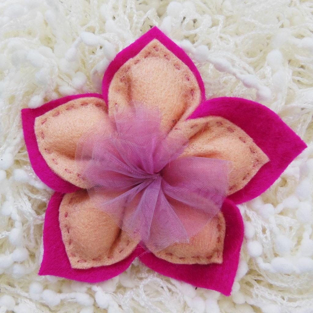 Bomboniera in feltro 'cipria' a forma di fiore: contiene 5 confetti all'interno dei suoi petali