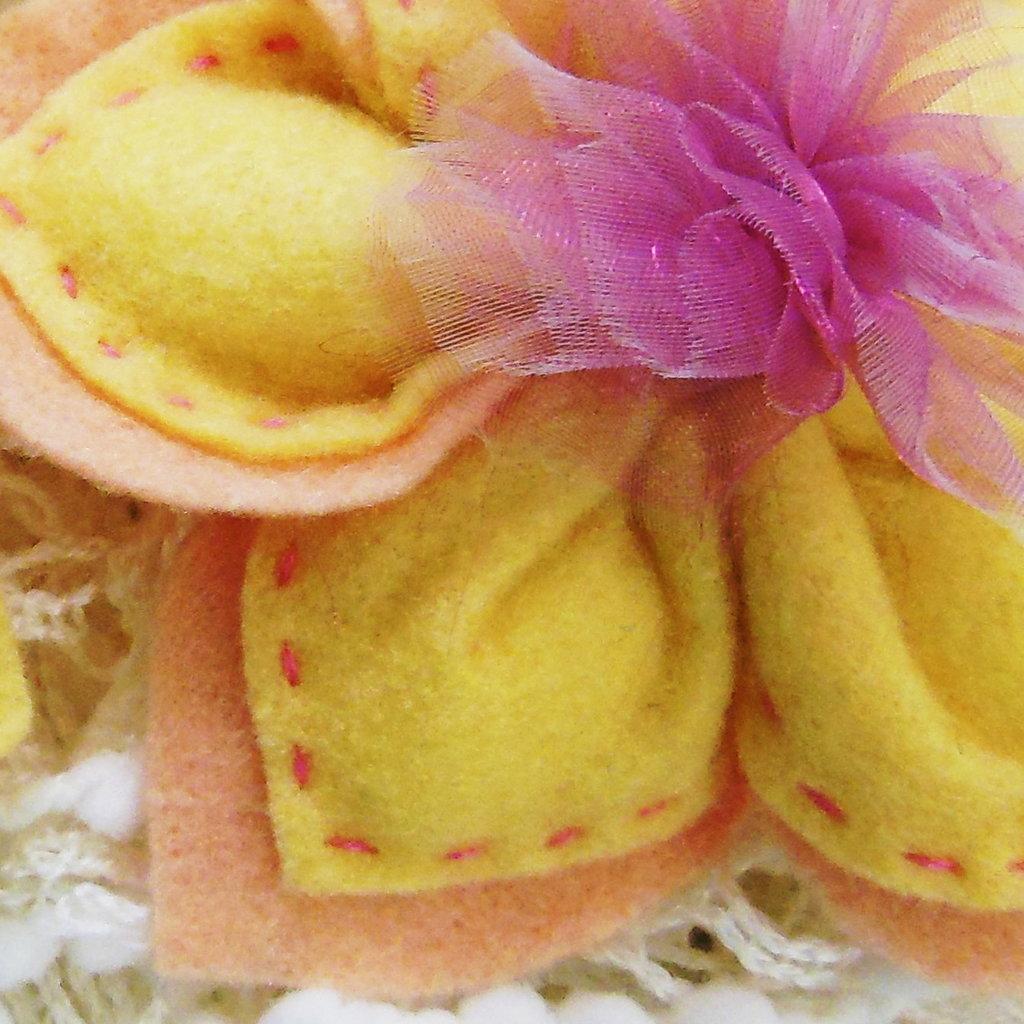 Bomboniera in feltro giallo a forma di fiore: contiene 5 confetti all'interno dei suoi petali