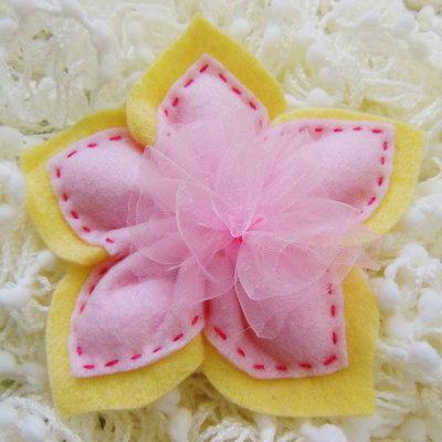 Bomboniera in feltro rosa a forma di fiore: può contenere 5 confetti all'interno dei suoi petali