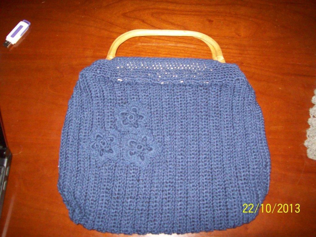 Borsa blu di cotone ad uncinetto