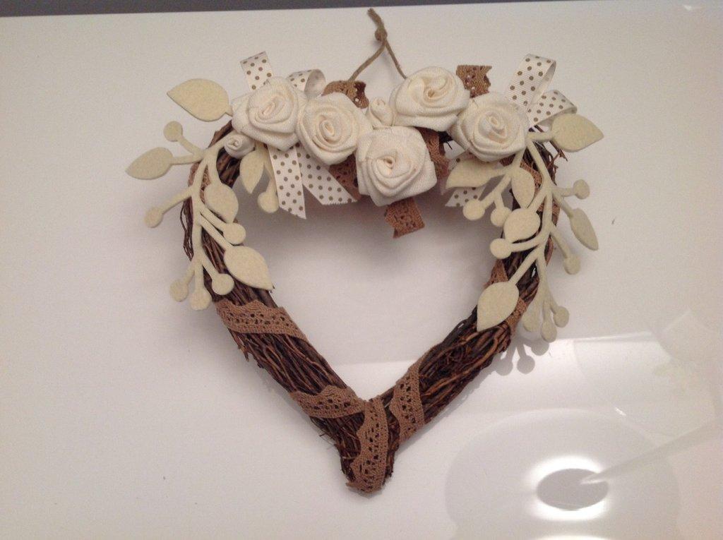 Cuore legno con rose bianche