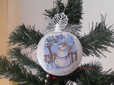 Medaglione natalizio con pupazzo di neve.
