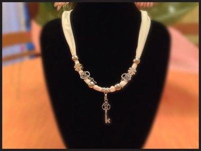 Collana bianca in lycra con ciondoli chiave MODA 2013 idea regalo!UN OMAGGIO X VOI!