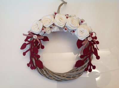 Corona in legno con rose bianche
