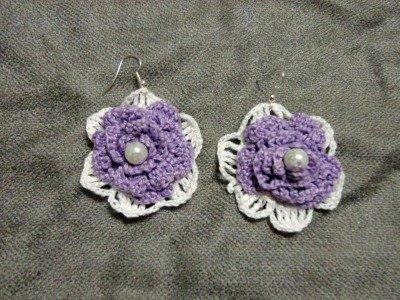 orecchini a forma di fiore bianchi e lilla