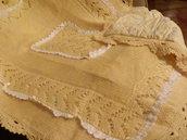 copertina di lana di colore giallo con merletto