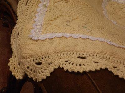 Copertina di lana di colore giallo con merletto bambini for Oggetti di colore giallo
