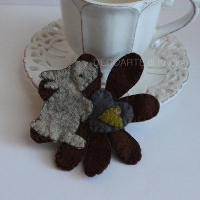 Spilla coniglio e cuore su fiore in feltro
