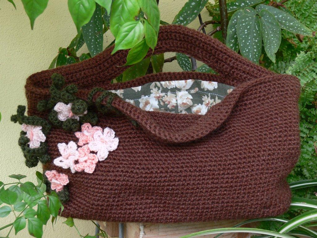 Borsa crochet marrone con applicazioni floreali