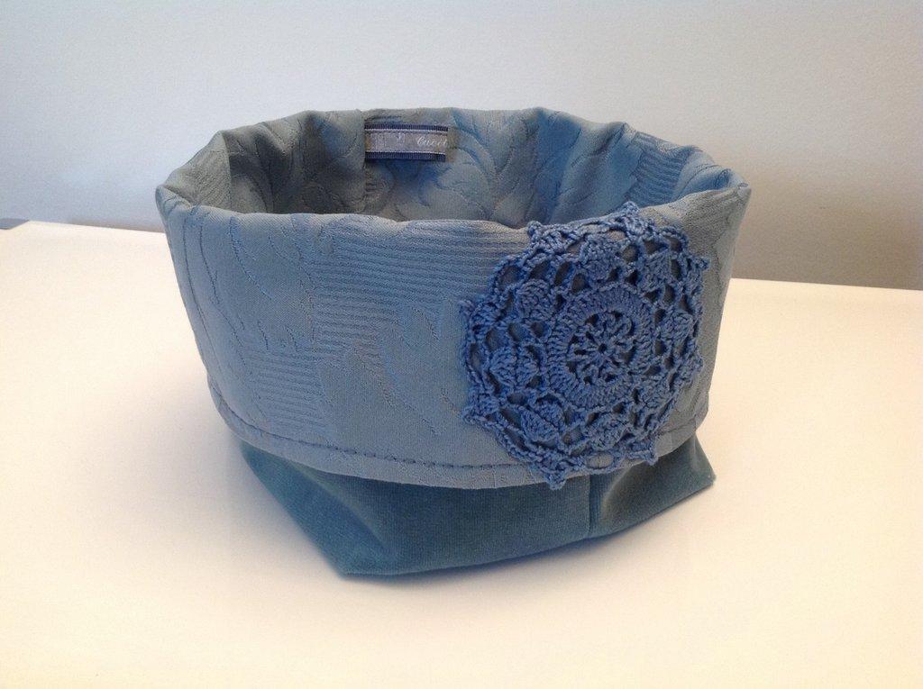 Cestino di  velluto azzurro decorato con un centrìno