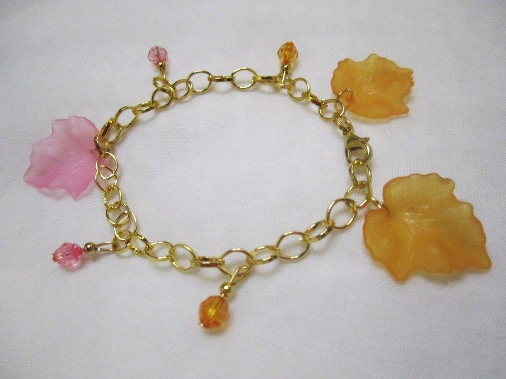 bracciale color oro con foglie colorate