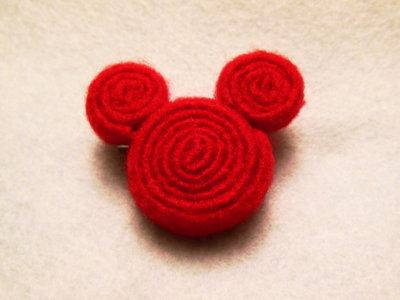 Spilla in feltro rossa: la Topospilla
