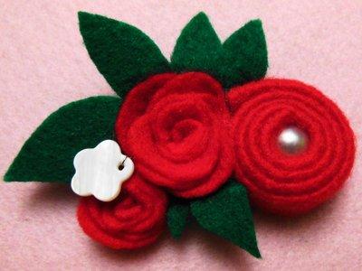 Spilla floreale rossa in feltro