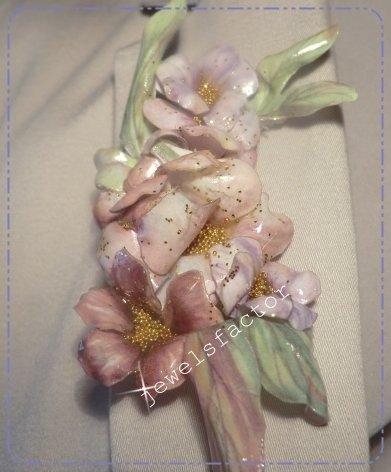 Spilla con composizione di fiori, effetto porcellanato Sospeso Trasparente