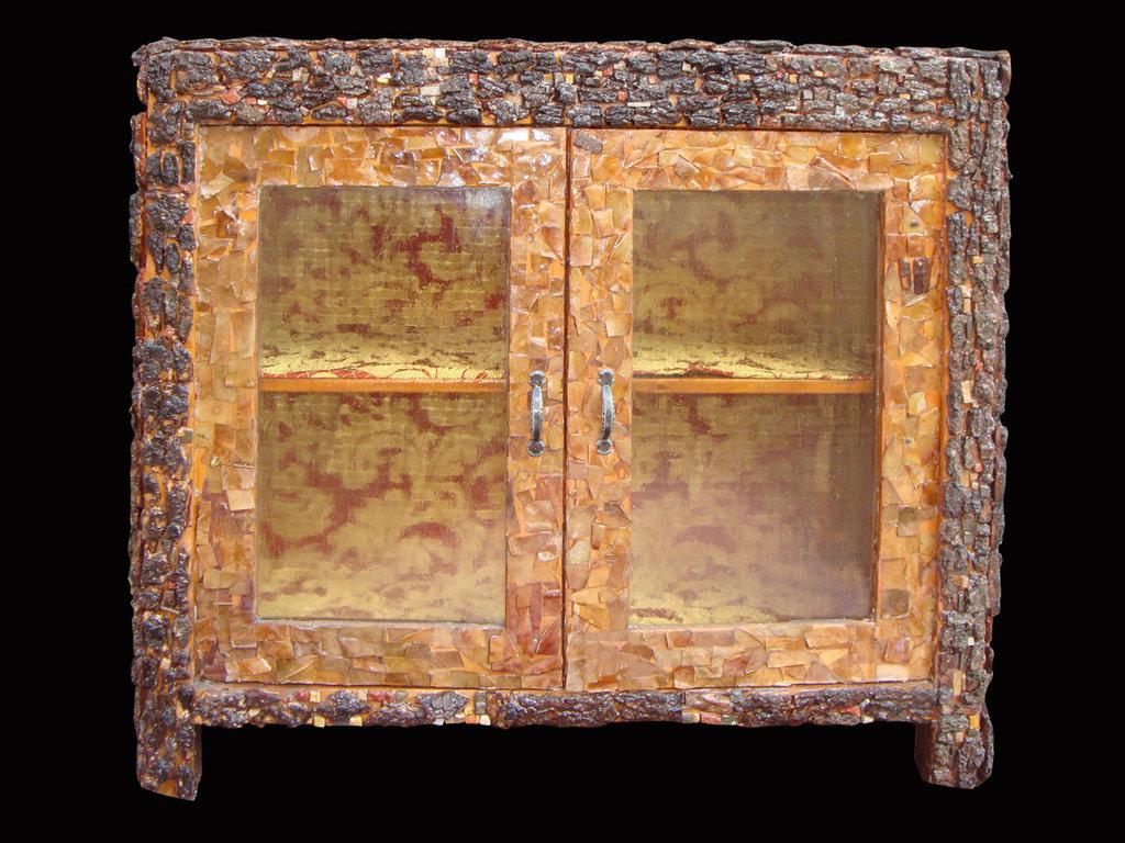 credenza rivestita con corteccia e tessere di marmo totalmente resinata