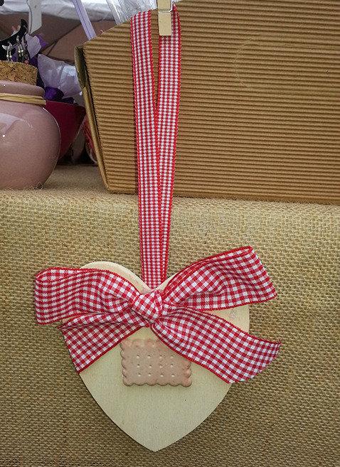 Cuore in legno con nastro vichy rosso