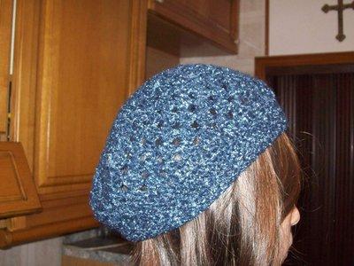 basco ad uncinetto di lana blu