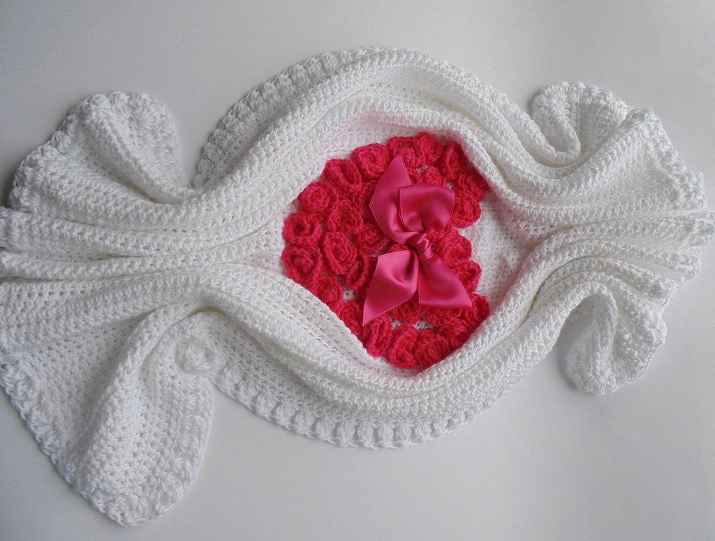 Coperta Bianca Con Cuore Di 37 Rose Fucsia Per Neonata Ad Uncinetto