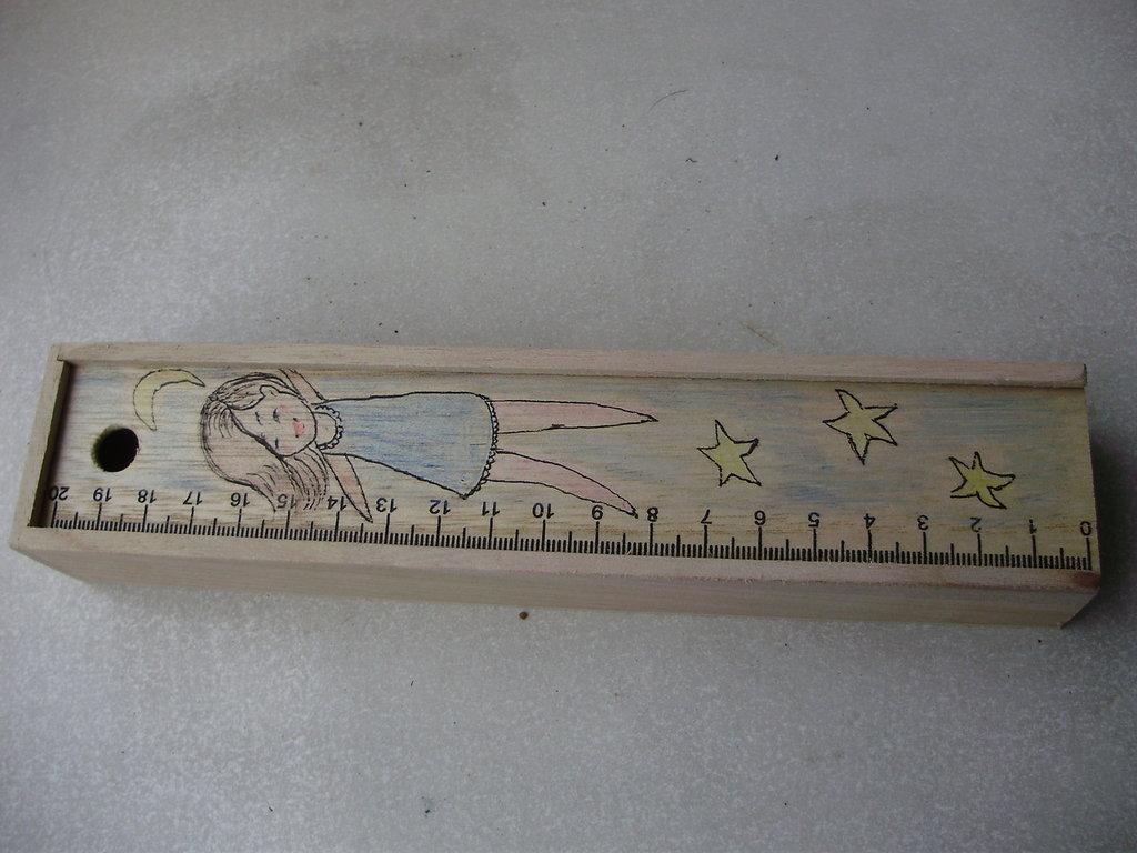 SCATOLINA di legno con colori a matita, disegnata a mano