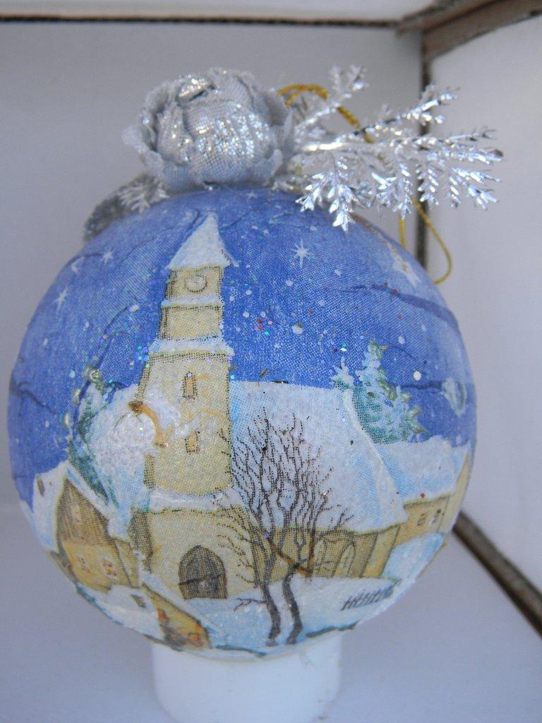 Palla natalizia con paesaggio