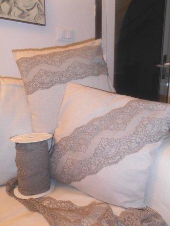 Cuscini in lino con pizzo obliquo o orizzontale