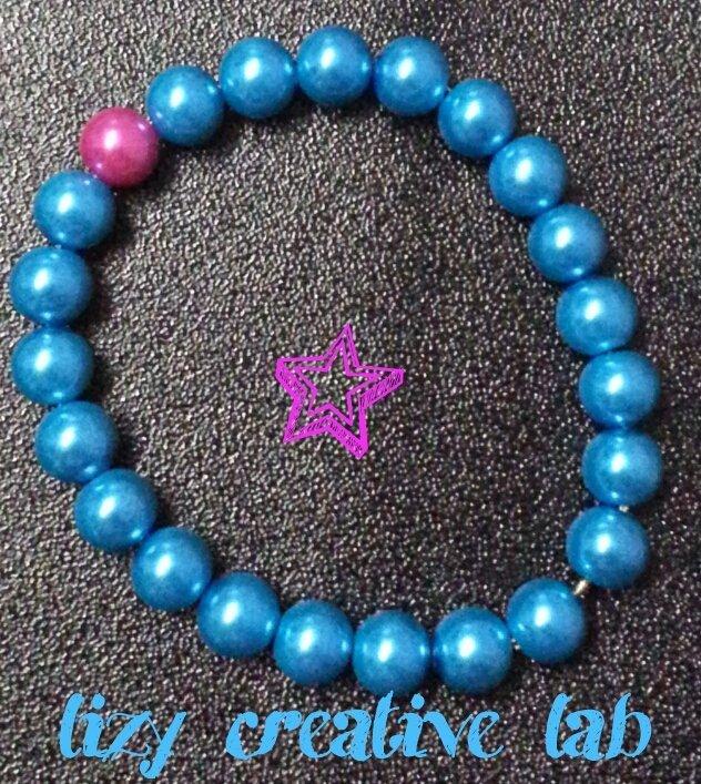 Bracciale rigido perle azzurre e fuxia