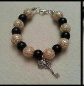 Braccialetto fatto a mano con perle di vetro nere e bianche