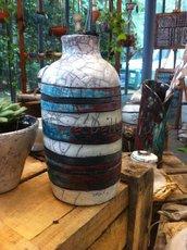 Bottilglia in  ceramica raku bianco, nero, blu e rosso fatto a mano