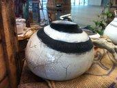 Vaso tondo in ceramica raku bianco e nero fatto a mano