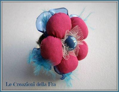 Anello con fiore in tessuto e in plastica