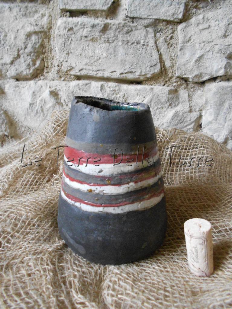 Vaso cono in ceramica raku rosso, bianco e nero fatto a mano