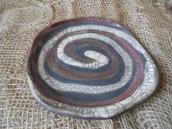 piatto in ceramica raku rosso, bianco e nero fatto a mano