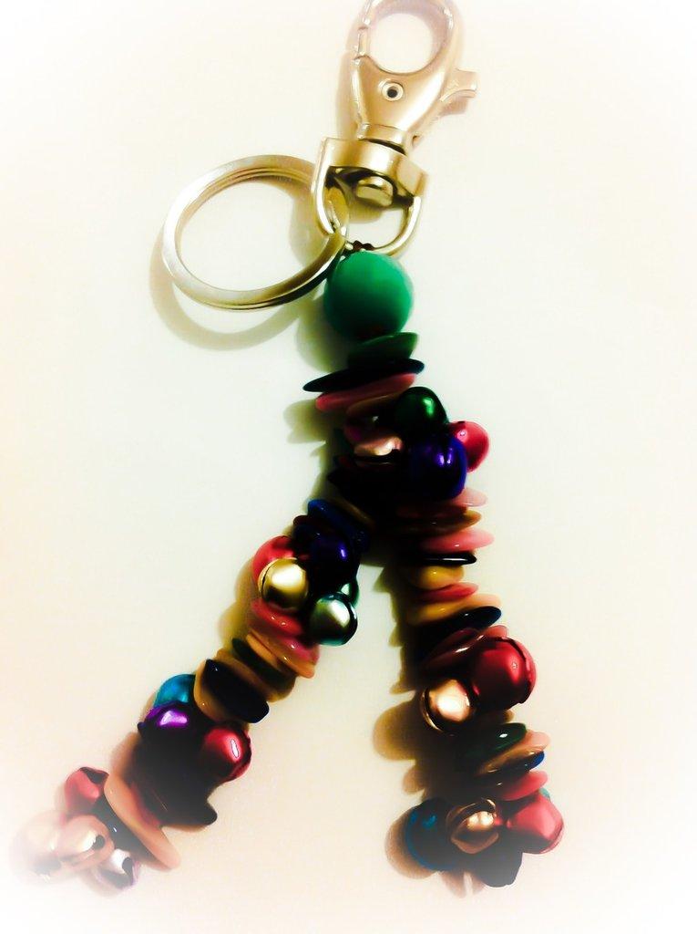 Portachiavi o gancio borsa unisex con campanelli colorati e chips di madreperla