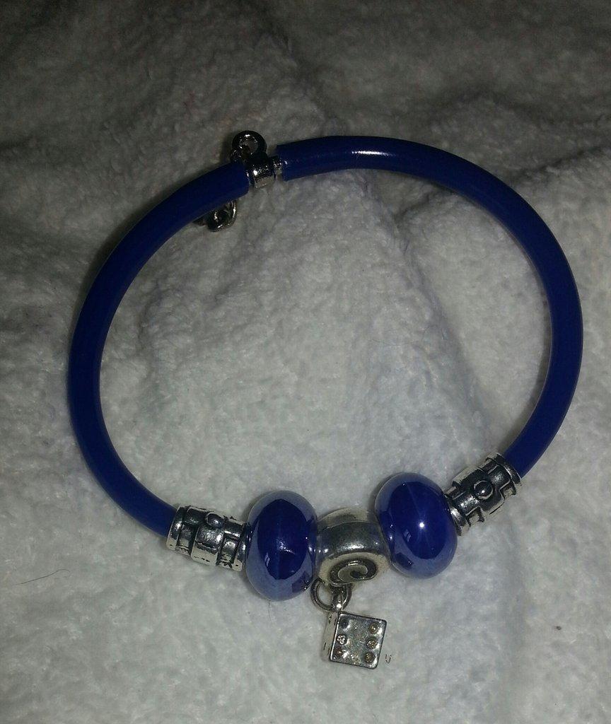 Bracciale caucciù blù con pendenti