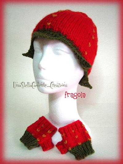 """Cappello e guanti - """"Fragola"""" - Completo di accessori di lana, fatto a mano, ai ferri."""