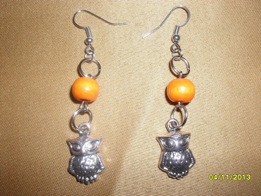 Orecchini pendenti in acciaio con perla di legno e charm gufo