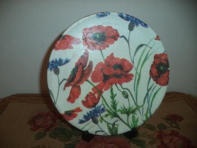Piatto in terracotta con motivi floreali