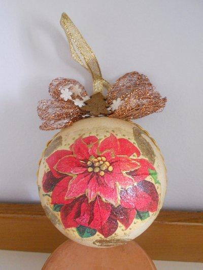 Palla natalizia con stella di Natale decorata a mano