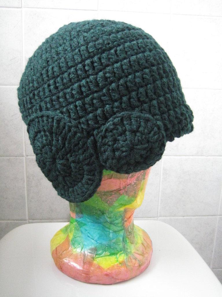 Cappello lana verde uncinetto con decorazioni