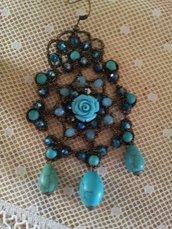 orecchini fatti a mano in pizzo chiaccherino arricchito da perline e pietre.