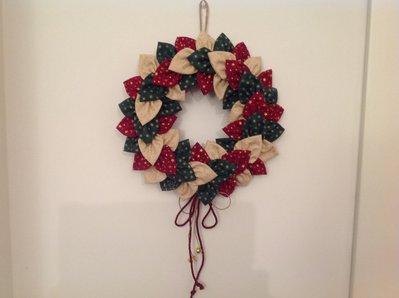 Corona natalizia di petali di  cotonine americane