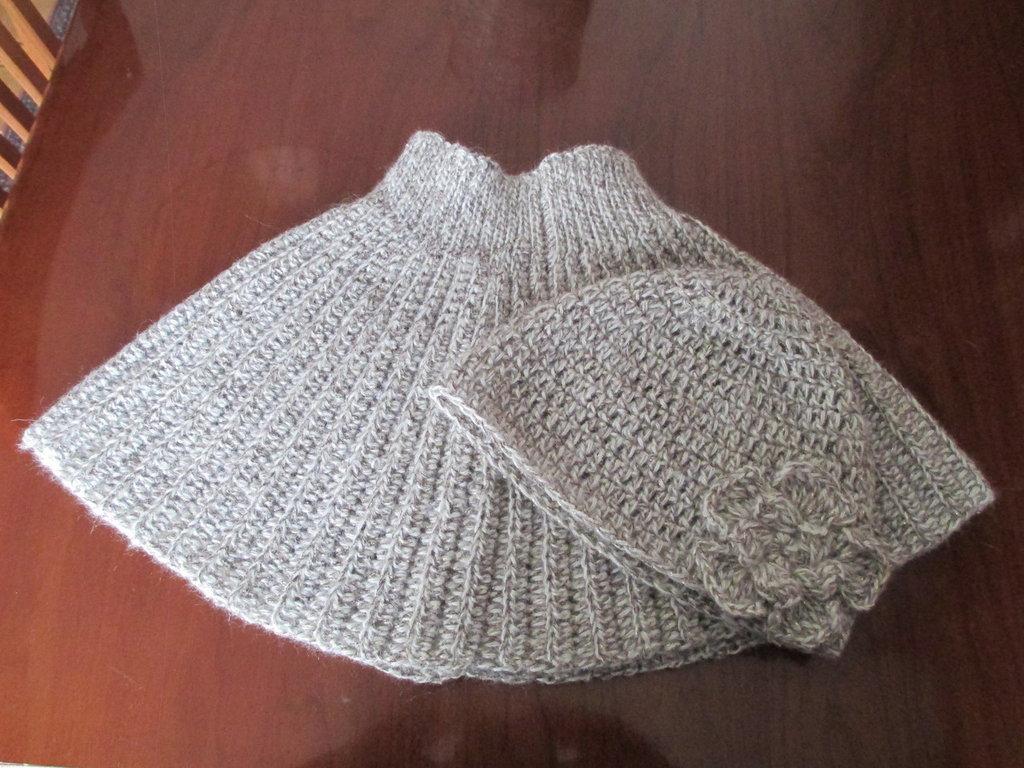 completo mantella di lana beige e cappello di lana con fiore