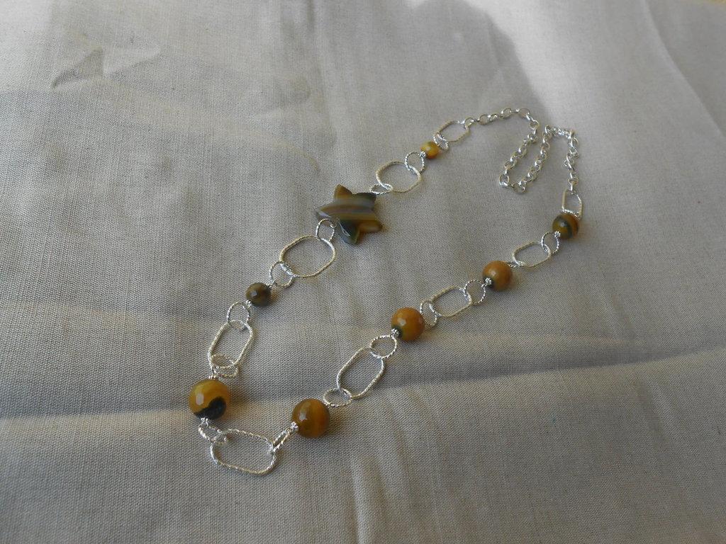 Lunga collana fatta a mano con catene argentate  , fiore e sfere di agata striata,idea regalo.