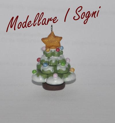 Portachiavi Albero di Natale - Pino Innevato Con Puntale Stella Oro e Palline Rosso Blu e Giallo - Regalo per Natale e Feste Invernali