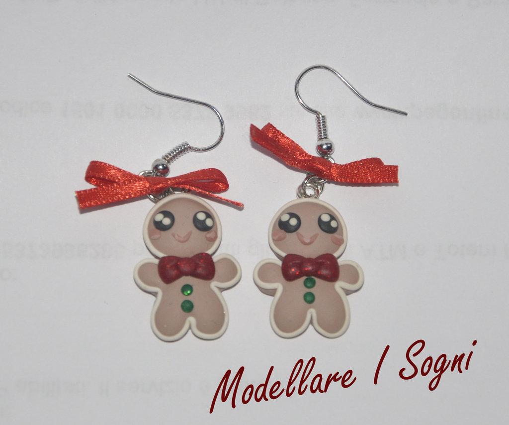 Orecchini Gingerbread Pan di Zenzero - Uomo Biscotto di Natale con fiocco cravatta rossa e bottoni verdi decorato con fiocchi di raso rosso